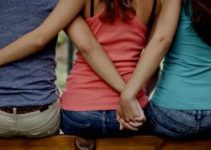 El divorcio puede ser una de las etapas más difíciles por las que puedes pasar. La decisión de un divorcio puede venir desde lo más simple como ya no sentir lo mismo por esa otra persona, hasta lo más complejo como por ejemplo el adulterio. Ante este último es fácil perder las respuestas de cómo superar no solo hecho de no poder estar con esa persona, sino que además de saber que ha traicionado tu confianza. Para ayudarte en tu objetivo de superar un divorcio por adulterio te quiero brindar las respuestas que tanto necesitas. Cuando ocurre una ruptura matrimonial cuesta un poco reponerse al hecho, puedes sentirte desorientado e incapaz de rehacer tu vida. Tu auto estima cae por el suelo y empiezas a preguntarte por qué tuvo que pasarte esto. Este impacto es aún peor cuando la separación es consecuencia de una infidelidad. Algunas veces las parejas prefieren olvidar lo sucedido y continuar su matrimonio, aunque, la mayoría del tiempo este suele ser un error que termina empeorando la situación y algo que sin duda puede crear más resentimientos al momento del divorcio. Ante el divorcio por causa del adulterio el dolor y la desesperación parecen nunca acabar, pudiéndote hacer preguntas como, ¿qué tiene él o ella que no tenga yo? Preguntas que sin lugar a dudas puede ser devastador para tu salud física y emocional. Es por ello que, con la intención de que puedas superar tu divorcio por adulterio te daré algunos pasos que te ayudarán a hasta esa superación que tanto necesita tu vida. 7 Pasos Para Superar el Divorcio por Adulterio Los expertos lo dicen, la infidelidad es una de las causas de divorcio más demoledoras por el impacto negativo tan alto que causa en la autoestima de la persona afectada. Mi objetivo es ayudarte a salir de ese hoyo oscuro en el que te encuentras sumergido o sumergida para que vuelvas a ver la luz y enfrentes tu nueva vida con la frente en alto y una gran sonrisa. A continuación, te daré los pasos que debes seguir para superar de manera rápida un 